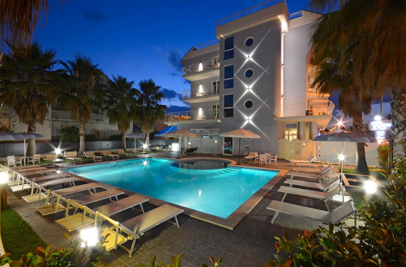 Veduta serale del Residence con piscina